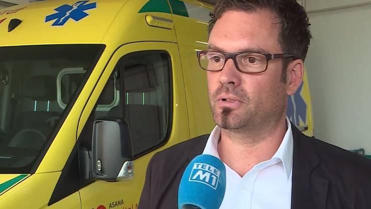 Der Menziker Spitaldirektor Daniel Schibler erklärt: Sein Spital habe vom Vorfall gar nichts gewusst. Der Notruf werde zentral in Aarau entgegengenommen.