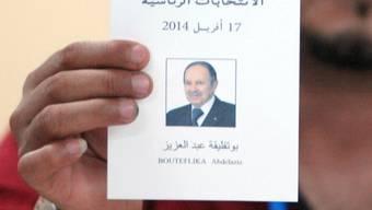 Ein Wahlhelfer mit einem Stimmzettel für Bouteflika