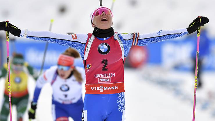 Kaisa Mäkäräinen überquert die Ziellinie nur wenige Meter vor ihren ersten Verfolgerinnen.