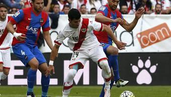 Duell zweier Absteiger: Rayo Vallecanos Javier Guerra im Kampf um den Ball mit Levantes Juan Francisco Garcia (rechts)