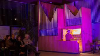 Im richtigen Licht für ein Rockkonzert spielt Patrick Gläser an der Kirchenorgel.