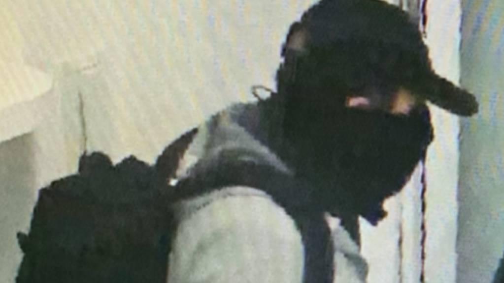 Einer der beiden maskierten Täter, die nach einem Überfall auf ein Schmuckgeschäft in Luzern mit Deliktsgut in unbekannter Höhe flüchten konnten.