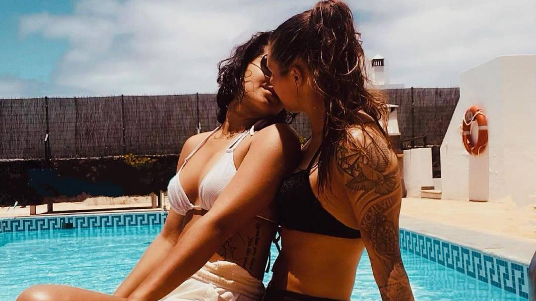 Ramona Bachmann und ihre Partnerin Charlotte teilen ihr Liebesglück am Strand auf Lanzarotee.