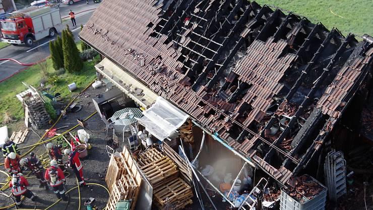 Stark beschädigt haben Flammen dieses Lagerhaus in Dierikon - verletzt wurde niemand.
