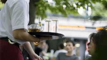 Laut einer Stichprobe melden sieben von zehn Gastrobetrieben die offenen Stellen noch nicht den Arbeitsvermittlungszentren.Key/Gaetan Bally