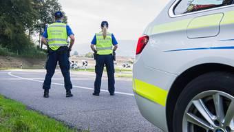 Insgesamt 20 Fahrerinnen und Fahrer mussten ihre Ausweise wegen Alkohol oder Drogen am Steuer abgeben. (Symbolbild)