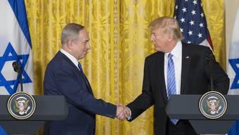 Im Konflikt zwischen Israel und Palästina rückt Donald Trump von der Zweistaatenlösung ab, die jahrzehntelang ein Grundpfeiler der amerikanischen Nahost-Politik war. Benjamin Netanjahu (links) freuts.