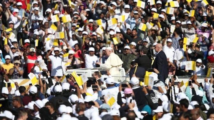 Mehr als 100'000 Gläubige empfangen den Papst bei seiner Ankunft im Stadion der Said-Sports-City in Abu Dhabi.