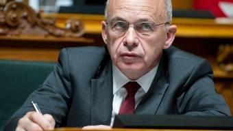 Bundesrat Maurer muss sich Fragen um einen möglichen Super-Gau stellen (Archiv)