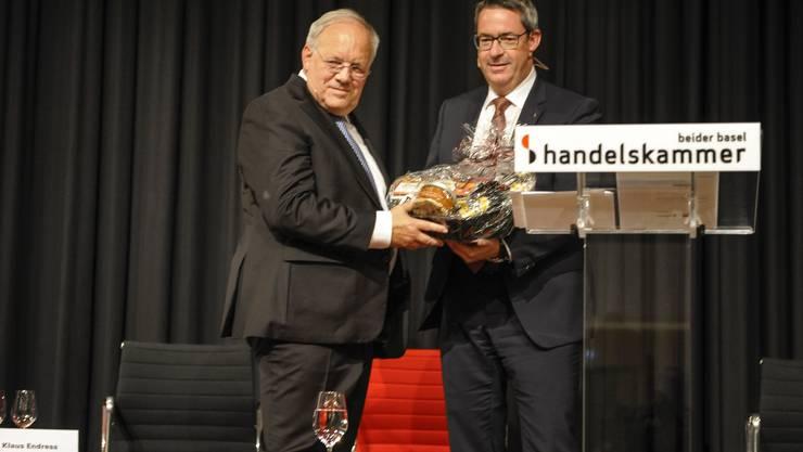 HKBB Chef Martin Dättwyler übergibt dem Bundesrat einen Geschenkkorb.