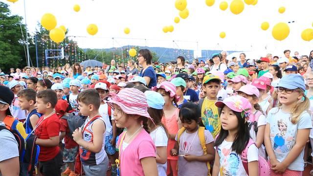 Die Kinder singen das Jugendfestlied auf dem OSOS-Gelände.
