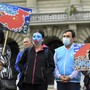 """Personen mit Uiguren-Masken posieren auf dem Bundesplatz während der Einreichung der Petition """"#NoComplicity: Schweiz muss Freihandelsabkommen mit China neu verhandeln!""""."""