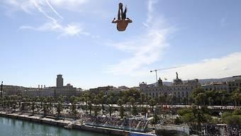 Orlando Duque bei einem Sprung im Hafen von Barcelona