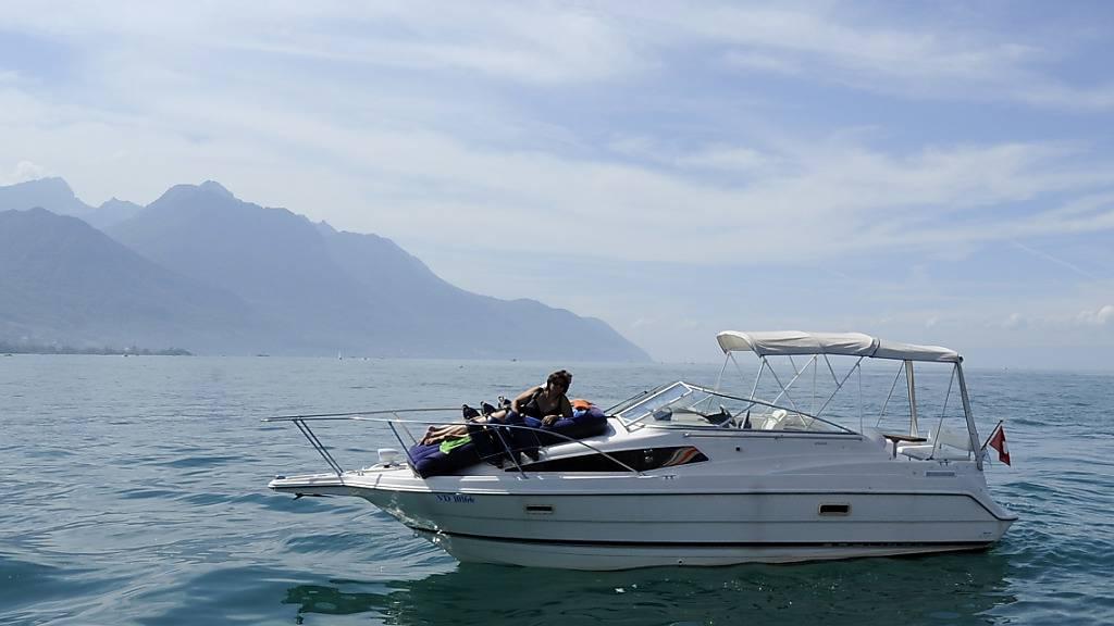 Betrunkener schläft auf geklautem und lecken Motorboot