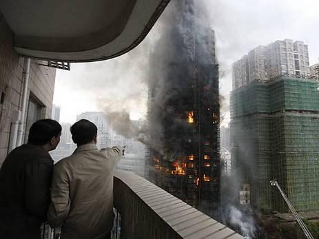 Ein Hochhaus in Shanghai brennt lichterloh
