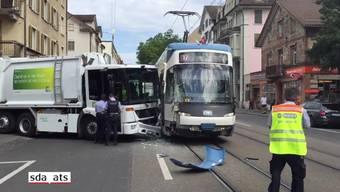 Am Freitagmorgen sind an der Limmatstrasse in Zürich ein VBZ-Tram der Linie 17 und ein ERZ-Müllwagen kollidiert. Nach Angaben der Polizei gab es keine Verletzten.