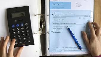 Die Aargauer Regierung warnt vor höheren Steuerabzügen für Krankenkassenprämien. (Symbolbild)