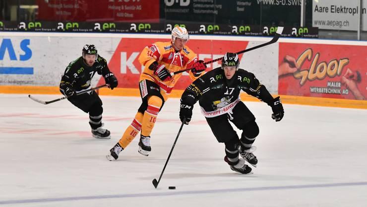 Bryce Gervais (vorne) zieht mit seinem Tempoeishockey dem Gegner davon, begutachtet von Cason Hohmann