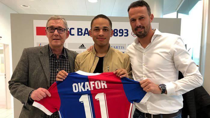FCB-CEO Roland Heri, Noah Okafor und Sportchef Marco Streller posieren anlässlich der Unterschrift.