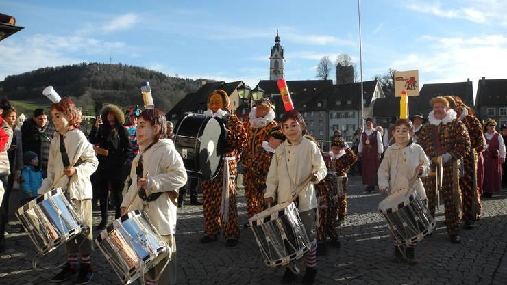 Auf dem Weg zur traditionellen Salmanlandung: Die Kindertschättermusik überquert die Rheinbrücke in Laufenburg Richtung Deutschland.