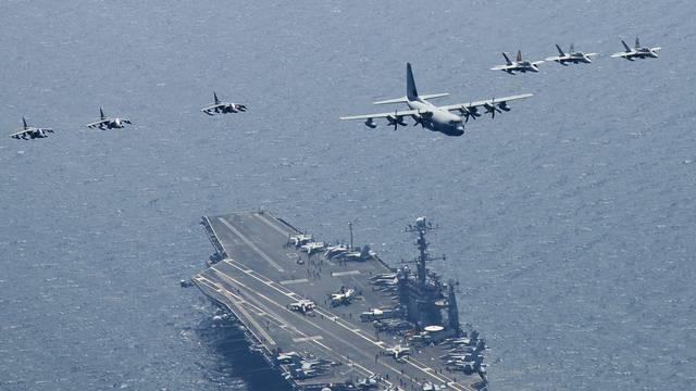 """Der amerikanische Flugzeugträger """"USS George Washington"""" bei einer Übung im Gelben Meer (Archiv)"""