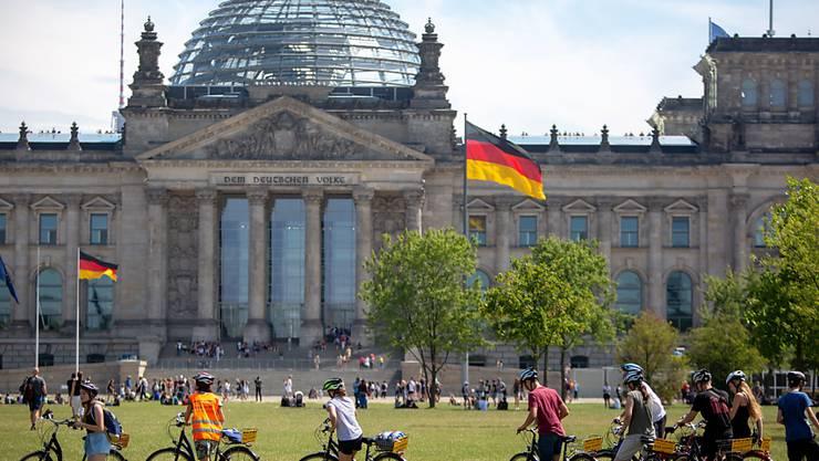 Die Sozialdemokraten und Liberalen legen in Deutschland gemäss einer aktuellen Umfrage zu. (Archivbild Reichstag Berlin)