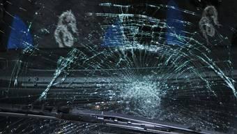 Die beschädigte Frontscheibe des BMW, nachdem ein mit Wasser gefüllter Sack das Auto in Starrkirch-Wil traf