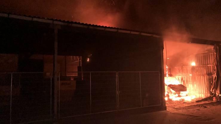 In der Nacht auf Samstag brach in einer Lagerhalle ein Feuer aus.