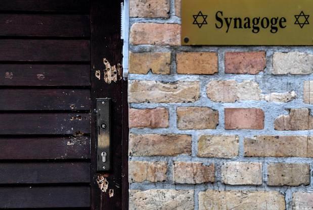 Schussspuren an der Tür zur Synagoge in Halle.