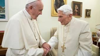 Der zurückgetretene Papst Benedikt XVI. (rechts) erteilt in einem Buch gewisse Ratschläge zum Zölibat an seinen Nachfolger Papst Franziskus (links). (Archvibild)