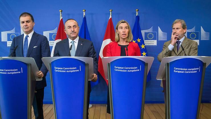 Auch nach einem Spitzentreffen am Dienstag in Brüssel zwischen dem türkischen Europaminister Omer Celik (von links nach rechts), dem türkischen Aussenminister Mevlüt Cavusoglu, der EU-Aussenbeauftragten Federica Mogherini und dem EU-Erweiterungskommissar Johannes Hahn herrscht noch eisige Stimmung.