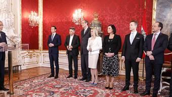 Österreichs Bundespräsident Alexander Van der Bellen (l.) vereidigt die neue Regierung; darunter Bundeskanzler und ÖVP-Chef Sebastian Kurz (2.v.l.) und Grünen-Chef Werner Kogler (3.v.l.)