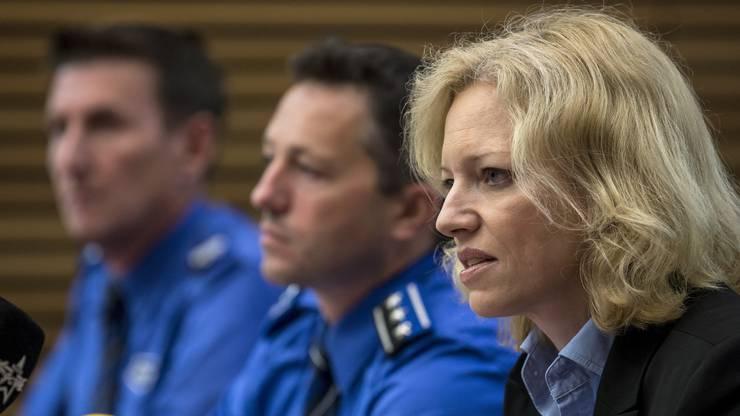 Polizeisprecher Roland Pfister, Hauptmann Markus Gisin, Abteilungschef Kriminalpolizei, und Barbara Loppacher, Leitende Staatsanwältin