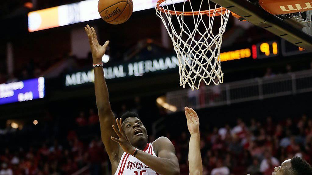 Der Genfer Clint Capela (15) feierte mit den Houston Rockets gegen die Philadelphia 76ers nach zuletzt drei Niederlagen in Folge einen 116:114-Sieg