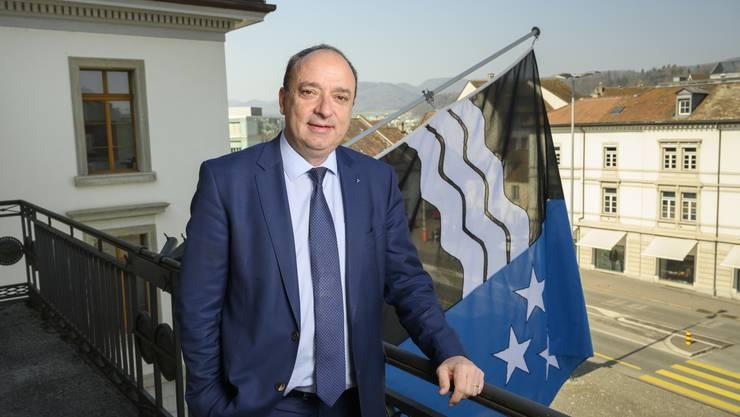 Finanzdirektor Markus Dieth auf dem Balkon des Regierungsgebäudes vor der Aargauer Flagge: Er ist als Landammann während der Corona-Krise auch als Führungsfigur gefragt.