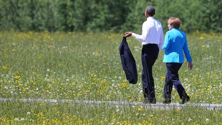 US-Präsident Barack Obama und die deutsche Bundeskanzlerin Angela Merkel spazieren in Elmau (D)