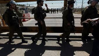 Israelische Soldaten vor einem Gefängnis mit palästinensischen Häftlingen (Archiv)