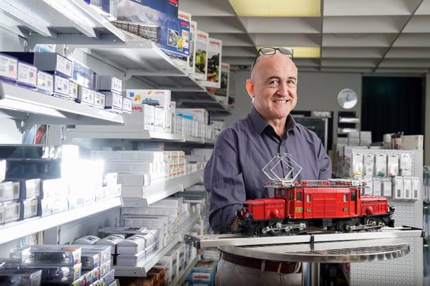 Rick Bucher in seinem Klingnauer Shop für Modelleisenbahnen. R