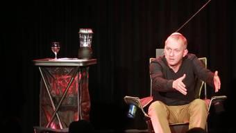 «Was wären wir denn ohne die Angsthasen?»: Simon Enzler auf der St.Galler Kellerbühne.