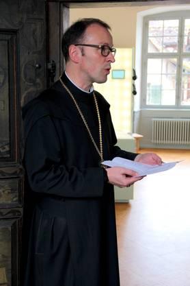 Abt Urban weiht den Raum mit einem Gedicht von Silja Walter ein