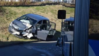 Ein Auto prallte in Egerkingen in einen Linienbus.