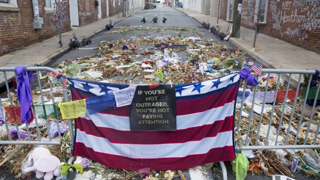 Blumen und Kerzen am Ort der Gewalt von Mitte August in Charlottesville. (Archivbild)