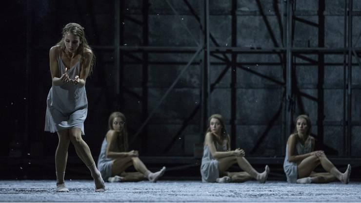 Das kleine Mädchen friert und vereinsamt in der Choreografie zu Helmut Lachenmanns Musiktheaterwerk «Das Mädchen mit den Schwefelhölzern».