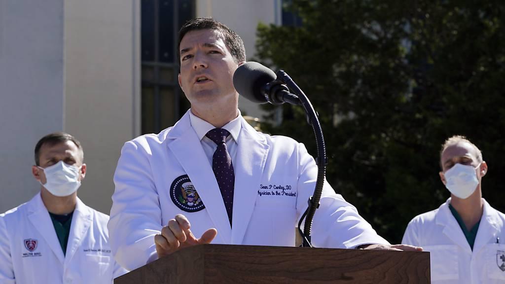 Dr. Sean Conley (M), Arzt von US-Präsident Trump, informiert Journalisten vor dem Militärkrankenhaus Walter Reed in Bethesda. Foto: Susan Walsh/AP/dpa