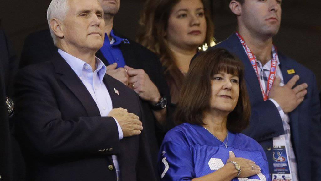 Vizepräsident Mike Pence steht während der Nationalhymne stramm