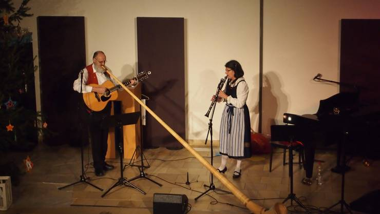 Das Ehepaar Schwarz aus dem Toggenburg sorgte mit seinen Liedern, unterstützt von Alphorn, Klarinette und Gitarre für weihnachtliche Stimmung.