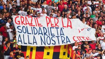 Fussballfans gedenken den Opfern des Brückeneinsturzes von Genua