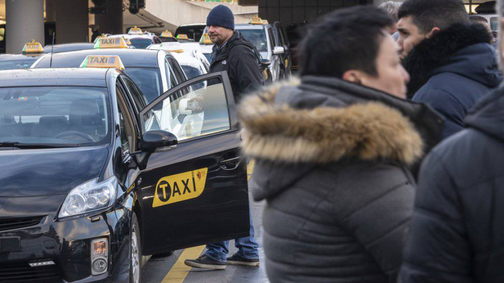 Taxifahrer besetzen aus Ärger gegen illegale ausländische Konkurrenz alle Standplätze am Flughafen Genf. Dem Staat und der Flughafendirektion werfen sie Untätigkeit vor.