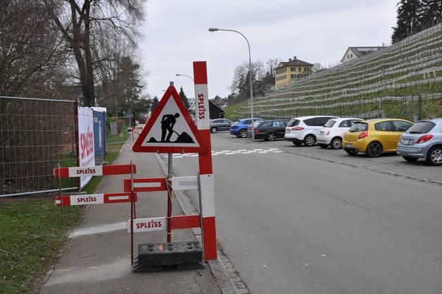 Achtung, Baustelle! Beidseits des Baustelleneingangs wurden auf dem Kirchweg-Trottoir Hindernisse aufgestellt.