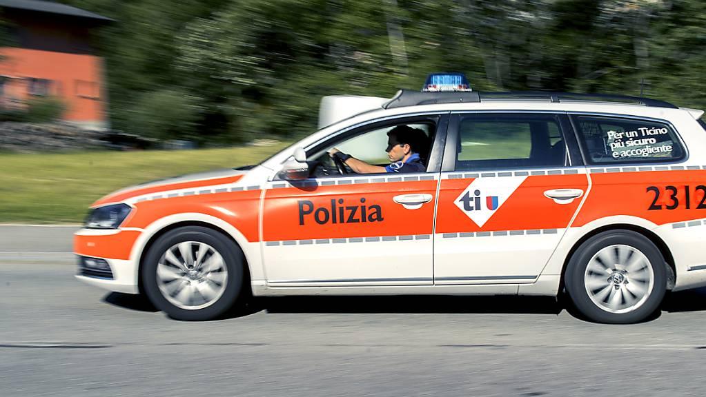 Bei einem Verkehrsunfall zwischen einem Auto und einem Velo ist am Montagabend in Bellinzona ein 20-jähriger Mann schwer verletzt worden. Die Tessiner Polizei rückte aus. (Symbolbild)